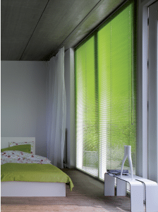 Licht-groene 25mm jaloezieen in de slaapkamer.