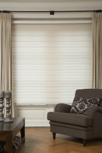 Duorolgordijn crème in gesloten toestand in woonkamer, dit geeft volledige privacy.