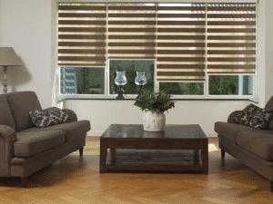 Klassieke woonkamer met mooie bruine duorolgordijnen.
