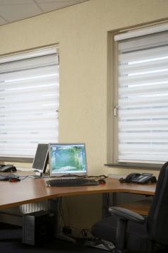 kantoor witte duorolgordijnen