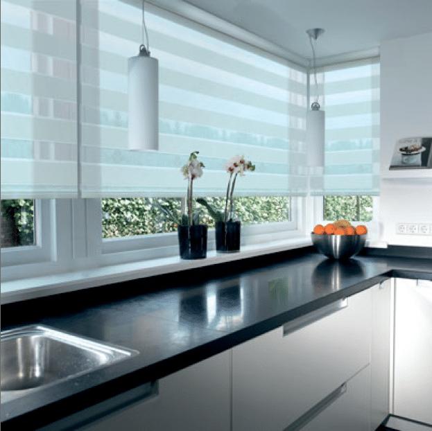 Raamdecoratie Voor De Keuken : Duorolgordijn wit in mooie moderne keuken