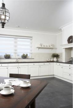 Wit duorolgordijn in mooie landelijke keuken.