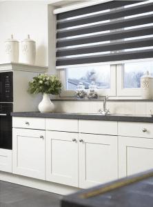 Grijs duorolgordijn in de keuken