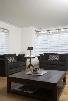 Duorolgordijnen in livingroom in de kleur wit.