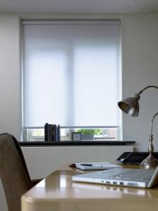 Een semi transparant rolgordijn op uw werkplek voor een goed zicht op uw beeldscherm.