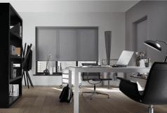 Rolgordijn semi transparant in de kleur grijs in modern kantoor.