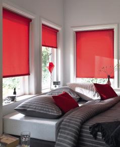 Rood rolgordijn in slaapkamer