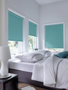 Rolgordijnen verduisterend in de slaapkamer voor een heerlijke nachtrust. De stoffen zijn 100% lichtdicht.