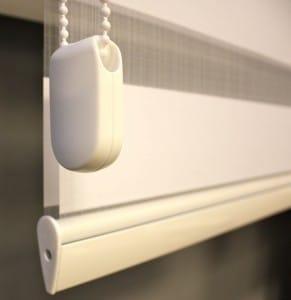 Wit duorolgordijn met witte oude onderlat, witte ketting en standaard kettinggewicht.