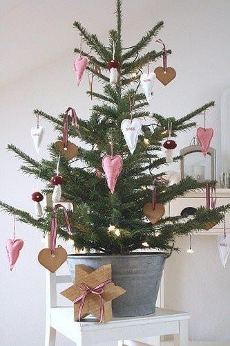 Kerstboom met roze accessoires