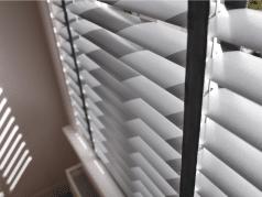 Zilveren jaloezie met zwart ladderband 50mm.
