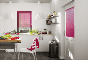 Roze 25mm jaloezieën in de keuken