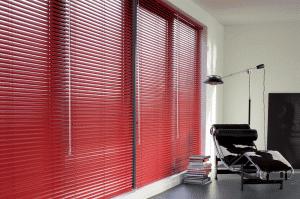Rode 25mm jaloezieen in rustige luxe slaapkamer voor een dessign-look.