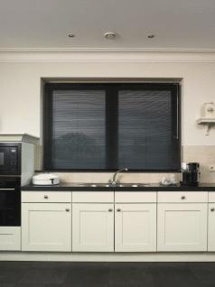 Zwarte aluminium jaloezieen in klassieke woonkeuken.
