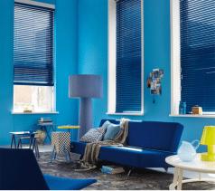 Alles blauw in de woonkamer? Waarom dan ook niet gewoon blauwe aluminium jaloezieen.?