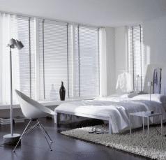 50mm jaloezieen wit met andere kleur ladderband in slaapkamer.
