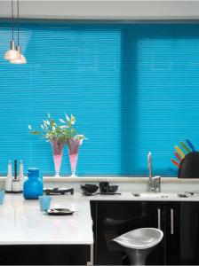 25mm blauwe jaloezie gesloten in keuken.