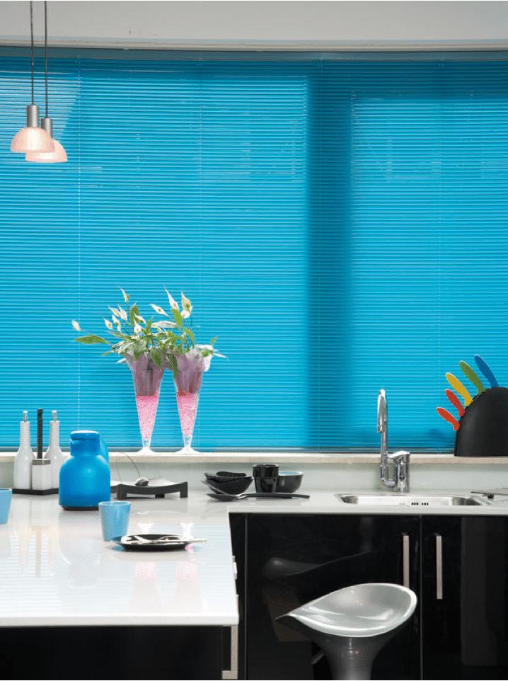 Keuken Licht Blauw : 25mm blauwe jaloezie gesloten in keuken.