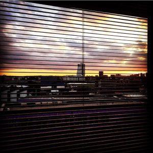 zonsondergang doorkijk jaloezie
