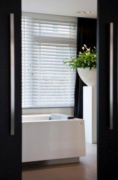 badkamer met jaloezie hout