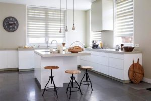 Beige duorolgordijnen in de keuken
