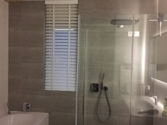 Houten jaloezie in badkamer