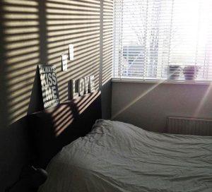 houten jaloezie in de slaapkamer