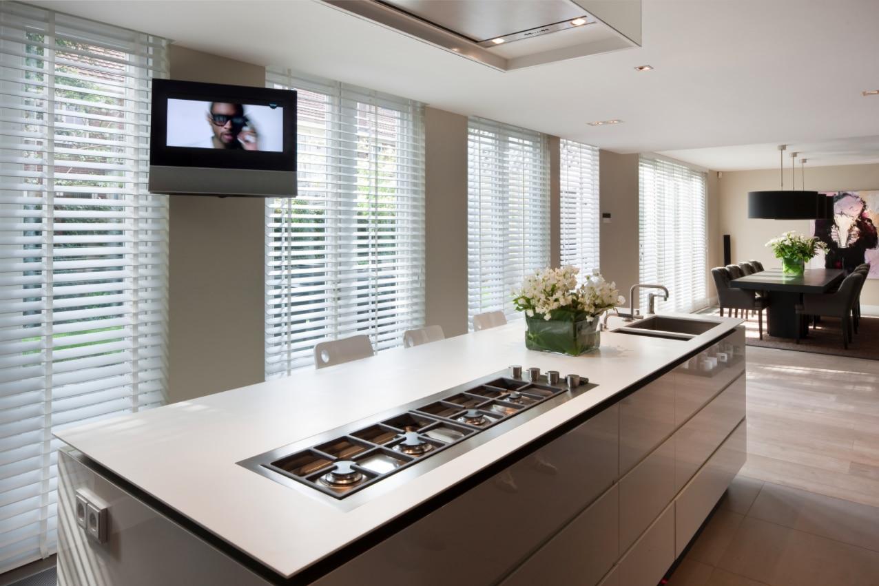 Houten jaloezieen in mooi grote woonkamer met woonkeuken jasno