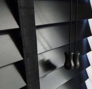 Houten zwarte jaloezieën met ladderband