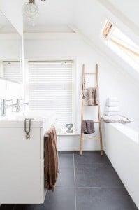 Witte jaloezieën in de badkamer