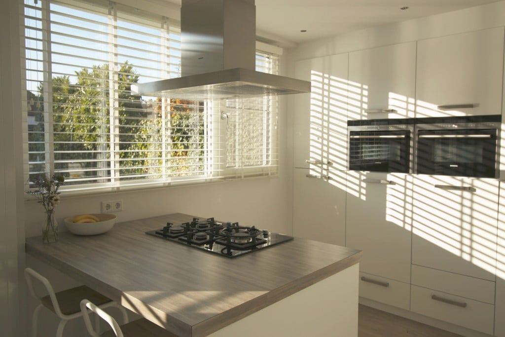 Bewaar je privacy dankzij jaloezie n op maat - Witte keuken en hout ...