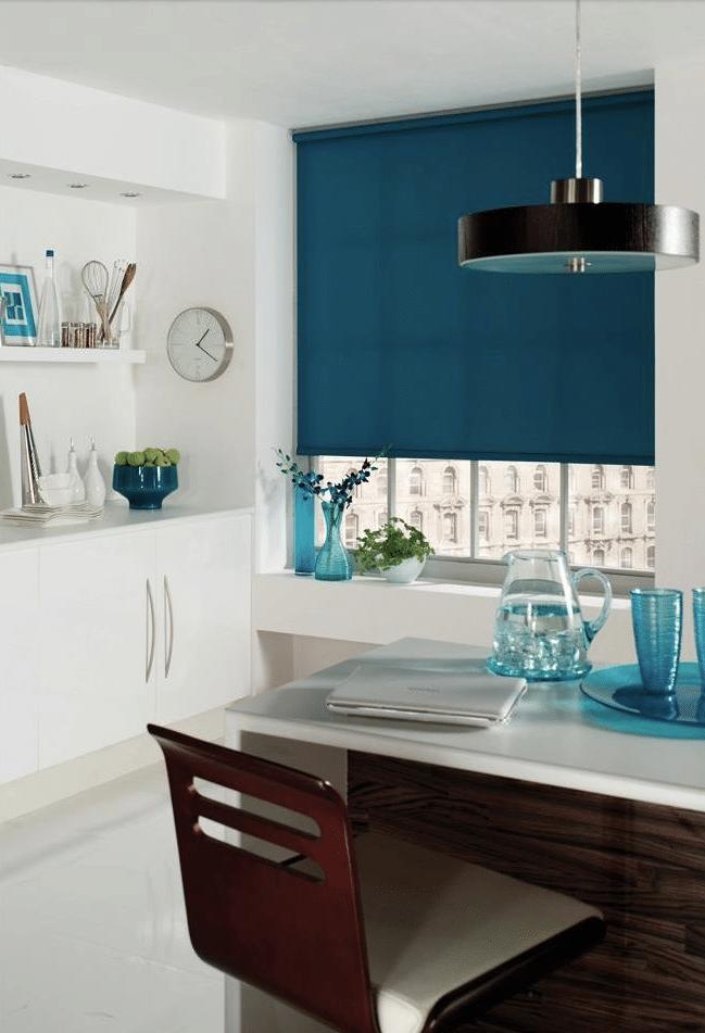 Blauw rolgordijn maakt een gezellige sfeer in de keuken