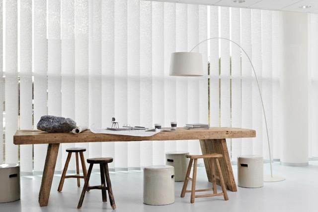 Lamellen in woonkamer met lange houten eettafel
