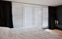 Jaloezie hout 50mm wit ladderband slaapkamer