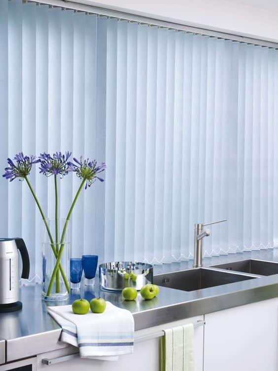 Blauwe lamellen in de keuken