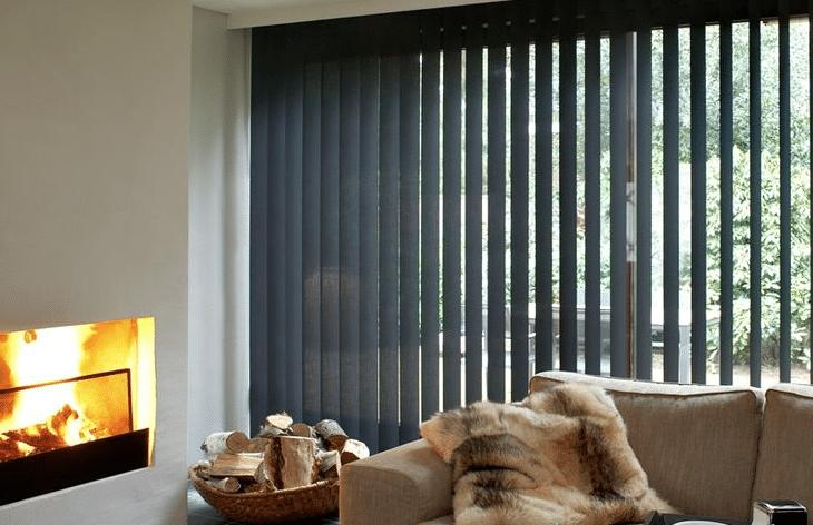 Openhaard In Woonkamer : Openhaard in woonkamer met grijze lamellen rolgordijnwinkel