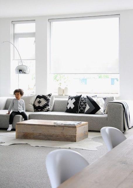Rolgordijn in woonkamer met jongetje op bank
