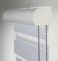 Duorolgordijn met witte sierkap Ral 9010, witte stof en zilveren ketting.