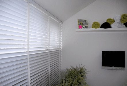 Witte 50mm houten jaloezieen in slaapkamer