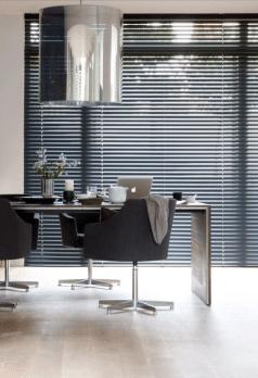 Mooie jaloezie zwart aluminium in eetkamer
