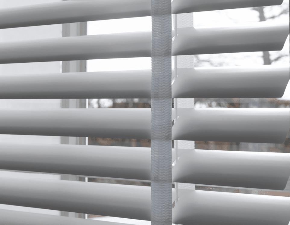 Aluminium jaloezie zilver 50mm met wit ladderband. Voor een mooie lichtinval in uw interieur.