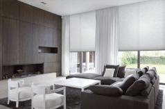 Rolgordijnen lichtgrijs in een mooie luxe woonkamer met openhaard.
