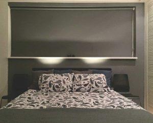 slaapkamer met grijs rolgordijn