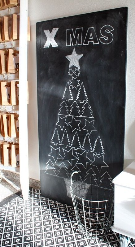 Kerstboom met figuren op een krijtbord