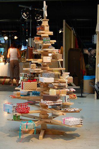 Kerstboom van hout met cadeautjes