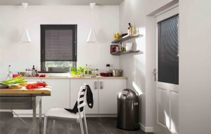 zwarte matte jaloezieen in keuken