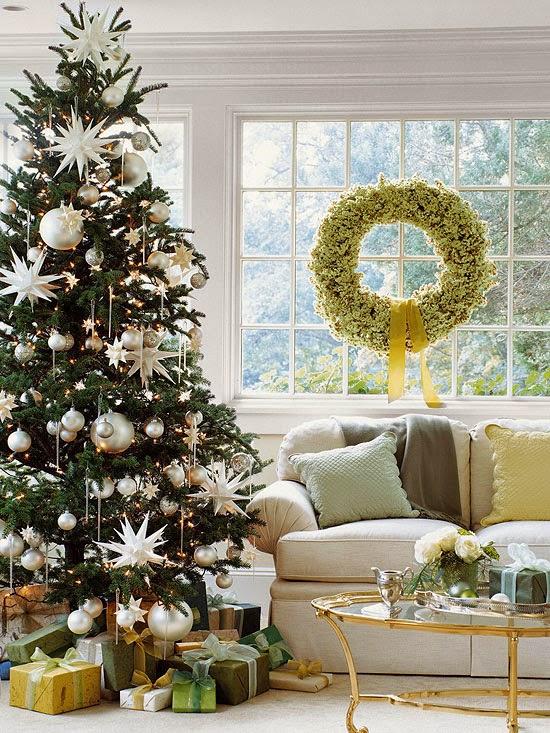 Kerstboom met witte en gouden accessoires